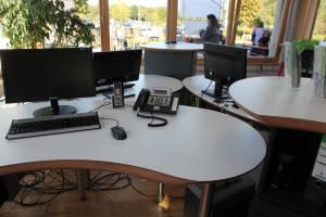 Cum Natura: Natürlich wohlfühlen mit harmonisch runden Vital-Office Schreibtischen und TrueLight Akustik-Licht Kombination