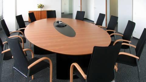 circon s-class - Elliptischer Konferenztisch - schwarz lackierte Formteilfüße und unterseitig lackiertes Glas