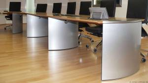 Die Konferenztischserie circon executive zeichnet sich durch elliptischen Formteilfüße aus.