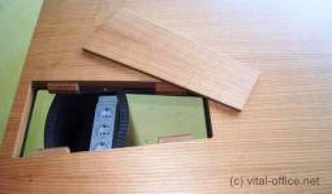 Komfortable versteckte Verkabelung der Schreib- und Konferenztische vom Boden bis auf die Schreibtischplatte